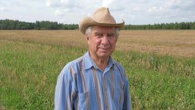 Портрет пожилого человека с глубокими морщинками в шляпе, смотря камеру акции видеоматериалы