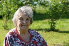 Портрет пожилой женщины в gargen Стоковые Фото