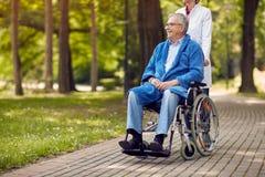 Портрет пожилого человека на кресло-коляске внешней Стоковое Фото