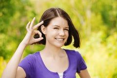 Портрет показа молодой женщины Стоковые Изображения RF