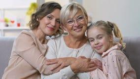 Портрет 3 поколений женщин усмехаясь на камере, счастливой семье совместно сток-видео