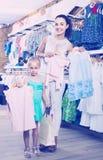 Портрет покупок женщины и девушки ягнится одеяние в sto одежд Стоковые Фотографии RF
