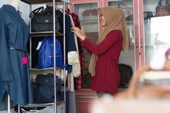 Портрет покупок женщины привлекательного молодого азиата мусульманских в strore моды стоковые фотографии rf
