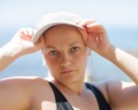 Портрет полной девушки на море стоковое фото