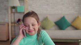 Портрет положительного и счастливого девочка-подростка в стороне дефекта или ожога говоря по телефону сток-видео