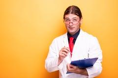 Портрет положительного мужского доктора стоковые изображения rf