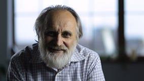 Портрет положительный усмехаться старшего человека акции видеоматериалы