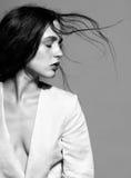 Портрет портрета женщины брюнет красоты молодого в белом fashio Стоковые Изображения