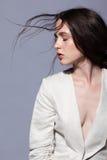 Портрет портрета женщины брюнет красоты молодого в белом fashio Стоковые Изображения RF