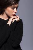 Портрет портрета женщины брюнет красоты молодого в черном fashio Стоковые Фото