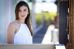 Портрет портрета молодой женщины усмехаясь зрелый усмехаться женщины Стоковое Фото