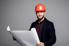 Портрет построителя архитектора изучая план комнат, серьезный гражданский инженер плана работая с документами на конструкции Стоковое Фото