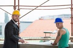 Портрет построителя и бизнесмена работая на конструкции Стоковое Изображение