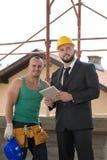Портрет построителя и бизнесмена работая на конструкции Стоковая Фотография