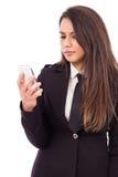 Портрет потревоженной коммерсантки смотря ее умный телефон Стоковые Изображения RF