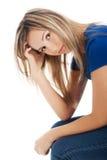 Портрет подавленной женщины царапая ее голову Стоковое Изображение RF