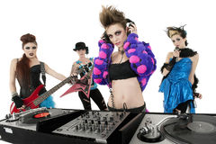 Портрет полностью женской панковской рок-группы над белой предпосылкой Стоковое Изображение