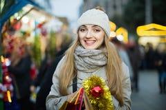 Портрет положительной жизнерадостной усмехаясь женщины на рождестве справедливо Стоковое Изображение