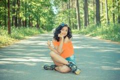 Портрет положительной шальной жизнерадостной девушки Стоковая Фотография RF