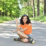Портрет положительной шальной жизнерадостной девушки Стоковая Фотография