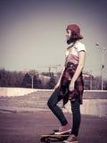 Портрет подростка в бейсбольной кепке и скейтборде Стоковое Фото