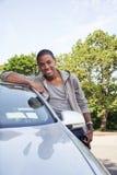 Портрет подростка с новым автомобилем стоковые фотографии rf