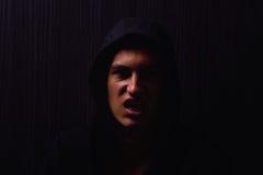 Портрет подростка с серьезным выражением и черным hoodie стоковые изображения rf