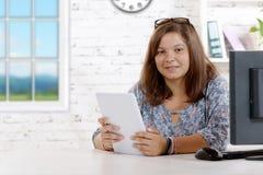 Портрет подростка с цифровой таблеткой Стоковая Фотография