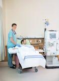 Портрет получать пациента медсестры готовя Стоковые Изображения