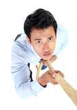 Портрет подъема бизнесмена используя веревочку стоковая фотография