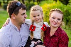 Портрет праздника внешний счастливой семьи обнимая и смеясь над на пикнике Стоковые Фотографии RF