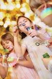 Портрет праздника счастливых детей против яркой предпосылки Стоковые Изображения
