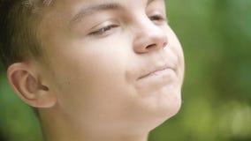 Портрет предназначенного для подростков мальчика эмоциональный акции видеоматериалы