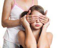 Портрет предназначенной для подростков девушки удивительно ее мать путем покрывать eyes Стоковое фото RF