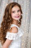 Портрет прелестного счастливого усмехаясь ребенка маленькой девочки в платье принцессы стоковое изображение rf