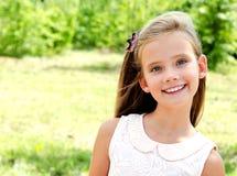 Портрет прелестного усмехаясь ребенка маленькой девочки outdoors Стоковые Фотографии RF