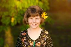 Портрет прелестной девушки с цветком в волосах стоковые изображения