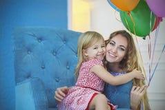 Портрет прелестного маленького ребёнка празднуя день рождения с Стоковая Фотография RF