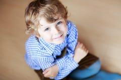 Портрет прелестного мальчика с светлыми волосами и голубыми глазами стоковые фотографии rf