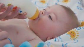 Портрет прелестного младенца ест смесь от бутылки акции видеоматериалы