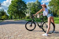 Портрет прелестного спортсмена в парке Стоковая Фотография
