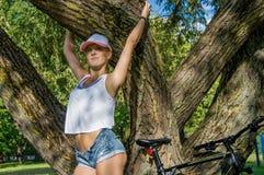 Портрет прелестного спортсмена в парке стоковое изображение