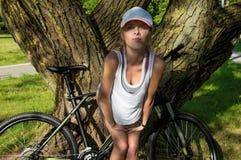 Портрет прелестного спортсмена в парке Стоковые Фото