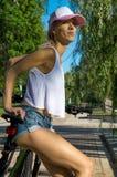 Портрет прелестного спортсмена в парке Стоковая Фотография RF