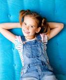 Портрет прелестного усмехаясь ребенка маленькой девочки имея остатки стоковая фотография rf