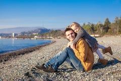 Портрет прелестной девушки обнимая его детенышей Стоковая Фотография RF