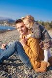 Портрет прелестной девушки обнимая его детенышей Стоковые Изображения RF