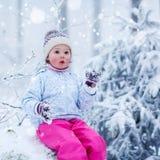 Портрет прелестной маленькой девочки в шляпе зимы внутри Стоковые Изображения