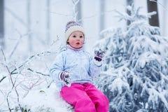 Портрет прелестной маленькой девочки в шляпе зимы в лесе снега Стоковая Фотография RF