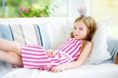 Портрет прелестной маленькой девочки нося платье и тиару принцессы Стоковое Изображение